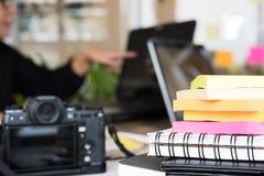 Επιχειρηματίες που εργάζονται με τον υπολογιστή στον εργασιακό χώρο 15 woman young Στοκ φωτογραφία με δικαίωμα ελεύθερης χρήσης