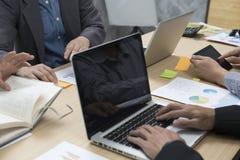 επιχειρηματίες που εργάζονται με το έγγραφο, ψηφιακή ταμπλέτα, lap-top comput Στοκ εικόνες με δικαίωμα ελεύθερης χρήσης