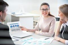 Επιχειρηματίες που εργάζονται με το lap-top σε ένα γραφείο Στοκ φωτογραφία με δικαίωμα ελεύθερης χρήσης