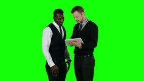 Επιχειρηματίες που εργάζονται σε ένα lap-top και πολύ ι πράσινη οθόνη απόθεμα βίντεο