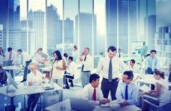 Επιχειρηματίες που εργάζονται σε μια έννοια γραφείων στοκ εικόνες με δικαίωμα ελεύθερης χρήσης