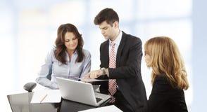 Επιχειρηματίες που εργάζονται στην ομάδα στοκ εικόνες