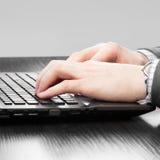 Επιχειρηματίες που εργάζονται στους υπολογιστές - μια προς ένα αναλογία Στοκ εικόνες με δικαίωμα ελεύθερης χρήσης
