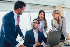 Επιχειρηματίες που εργάζονται στο στην αρχή χρησιμοποιώντας lap-top επιχειρησιακού προγράμματος στοκ εικόνες με δικαίωμα ελεύθερης χρήσης