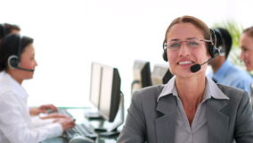 Επιχειρηματίες που εργάζονται στο τηλεφωνικό κέντρο απόθεμα βίντεο