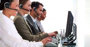 Επιχειρηματίες που εργάζονται στο τηλεφωνικό κέντρο φιλμ μικρού μήκους