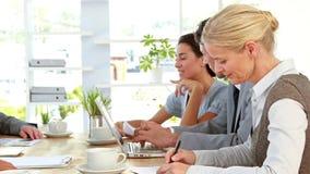 Επιχειρηματίες που εργάζονται στο φορητό προσωπικό υπολογιστή κατά τη διάρκεια της συνεδρίασης απόθεμα βίντεο
