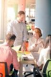 Επιχειρηματίες που εργάζονται στο δωμάτιο πινάκων στην αρχή Στοκ φωτογραφία με δικαίωμα ελεύθερης χρήσης