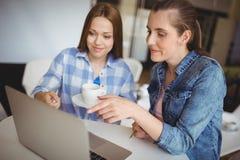 Επιχειρηματίες που εργάζονται στο lap-top στο γραφείο στο δημιουργικό γραφείο Στοκ φωτογραφία με δικαίωμα ελεύθερης χρήσης