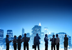Επιχειρηματίες που εργάζονται υπαίθρια τη νύχτα Στοκ εικόνες με δικαίωμα ελεύθερης χρήσης