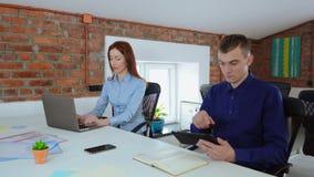 Επιχειρηματίες που εργάζονται χρησιμοποιώντας τον υπολογιστή απόθεμα βίντεο