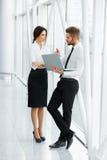 επιχειρηματίες που εργά& Επιχειρησιακή ομάδα Στοκ Εικόνα