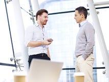 Επιχειρηματίες που διοργανώνουν μια συζήτηση στην αρχή Στοκ εικόνα με δικαίωμα ελεύθερης χρήσης