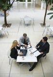 Επιχειρηματίες που διοργανώνουν μια συζήτηση στον καφέ γραφείων Στοκ φωτογραφία με δικαίωμα ελεύθερης χρήσης