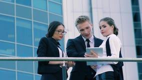 Επιχειρηματίες που διοργανώνουν μια συνεδρίαση υπαίθρια μια θερμή θερινή ημέρα απόθεμα βίντεο