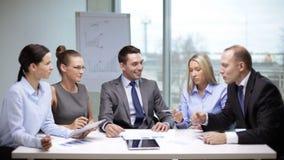 Επιχειρηματίες που διοργανώνουν μια συνεδρίαση απόθεμα βίντεο