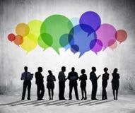 Επιχειρηματίες που διοργανώνουν τη συζήτηση ομάδας στοκ εικόνες με δικαίωμα ελεύθερης χρήσης
