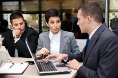 Επιχειρηματίες που διοργανώνουν τη συζήτηση στοκ εικόνα με δικαίωμα ελεύθερης χρήσης