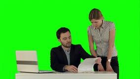 Επιχειρηματίες που διοργανώνουν τη συνεδρίαση γύρω από τον πίνακα με απόθεμα βίντεο