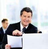 Επιχειρηματίες που διοργανώνουν τη συνεδρίαση γύρω από τον πίνακα στοκ εικόνες
