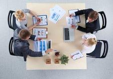Επιχειρηματίες που κάθονται και που συζητούν στην επιχειρησιακή συνεδρίαση διάνυσμα ανθρώπων επιχειρησιακής απεικόνισης jpg Στοκ Εικόνες