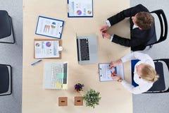 Επιχειρηματίες που κάθονται και που συζητούν στην επιχειρησιακή συνεδρίαση διάνυσμα ανθρώπων επιχειρησιακής απεικόνισης jpg Στοκ Φωτογραφίες