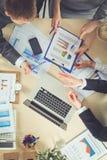 Επιχειρηματίες που κάθονται και που συζητούν στην επιχειρησιακή συνεδρίαση διάνυσμα ανθρώπων επιχειρησιακής απεικόνισης jpg Στοκ φωτογραφία με δικαίωμα ελεύθερης χρήσης