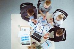 Επιχειρηματίες που κάθονται και που συζητούν στην επιχειρησιακή συνεδρίαση διάνυσμα ανθρώπων επιχειρησιακής απεικόνισης jpg Στοκ Εικόνα