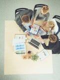 Επιχειρηματίες που κάθονται και που συζητούν στην επιχειρησιακή συνεδρίαση διάνυσμα ανθρώπων επιχειρησιακής απεικόνισης jpg Στοκ εικόνα με δικαίωμα ελεύθερης χρήσης