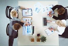 Επιχειρηματίες που κάθονται και που συζητούν στην επιχειρησιακή συνεδρίαση διάνυσμα ανθρώπων επιχειρησιακής απεικόνισης jpg Στοκ εικόνες με δικαίωμα ελεύθερης χρήσης