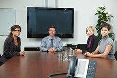 Επιχειρηματίες που κάθονται στη συνεδρίαση Στοκ Εικόνες