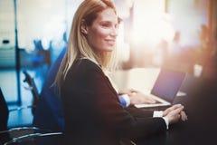 Επιχειρηματίες που κάθονται στο γραφείο στη αίθουσα συνδιαλέξεων Στοκ φωτογραφία με δικαίωμα ελεύθερης χρήσης