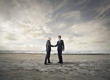 Επιχειρηματίες που κάνουν μια διαπραγμάτευση Στοκ εικόνα με δικαίωμα ελεύθερης χρήσης