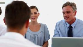 Επιχειρηματίες που κάνουν μια συνέντευξη εργασίας φιλμ μικρού μήκους