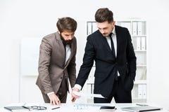 Επιχειρηματίες που κάνουν τη γραφική εργασία Στοκ Εικόνα