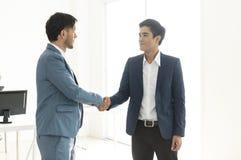 Επιχειρηματίες που κάνουν τη συμφωνία χειραψιών συνεργάτης έννοιας στην επιχείρηση στοκ φωτογραφία