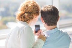Επιχειρηματίες που κάνουν τις φωτογραφίες στο κινητό τηλέφωνο Στοκ εικόνες με δικαίωμα ελεύθερης χρήσης