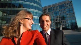 Επιχειρηματίες που κάνουν selfie υπαίθριοι απόθεμα βίντεο