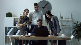 Επιχειρηματίες που καθιστούν την τηλεοπτική κλήση στο συνεργάτη στην αρχή απόθεμα βίντεο
