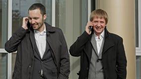 Επιχειρηματίες που καλούν με κινητό τηλέφωνο ευτυχές χαμόγελο Στοκ εικόνες με δικαίωμα ελεύθερης χρήσης