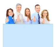 επιχειρηματίες που κρατούν μια αγγελία εμβλημάτων απομονωμένη στο λευκό στοκ φωτογραφία