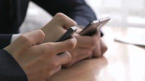 Επιχειρηματίες που κρατούν τα έξυπνα τηλέφωνα Κινηματογράφηση σε πρώτο πλάνο φιλμ μικρού μήκους