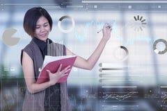 Επιχειρηματίες που κρατούν το έγγραφο και που γράφουν τη γραφική παράσταση ψηφιακή στοκ φωτογραφία