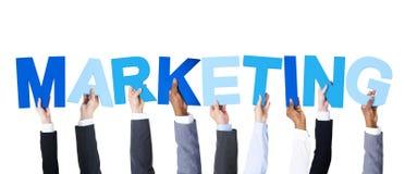 Επιχειρηματίες που κρατούν το μάρκετινγκ του Word Στοκ φωτογραφία με δικαίωμα ελεύθερης χρήσης