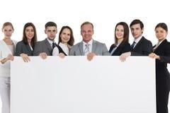 Επιχειρηματίες που κρατούν το μεγάλο πίνακα διαφημίσεων στοκ εικόνες