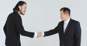 Επιχειρηματίες που μιλούν και και περπατημένος χωριστά απόθεμα βίντεο