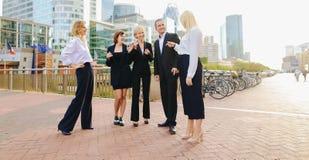 Επιχειρηματίες που μιλούν με το αρσενικό κύριο εξωτερικό στοκ φωτογραφίες με δικαίωμα ελεύθερης χρήσης