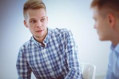 Επιχειρηματίες που μιλούν στη συνεδρίαση στο γραφείο Στοκ Εικόνες