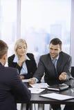 Επιχειρηματίες που μιλούν στη συνεδρίαση Στοκ Φωτογραφία