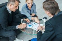 Επιχειρηματίες που μιλούν στον καφέ στοκ εικόνα με δικαίωμα ελεύθερης χρήσης